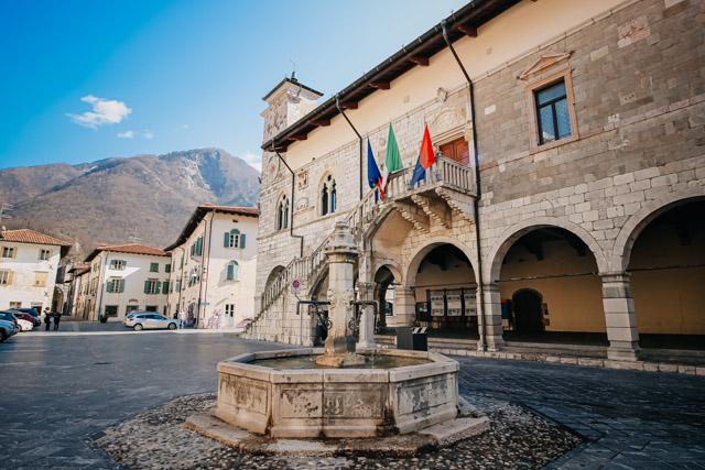 на фото главная площадь в Венцоне рядом с Удине