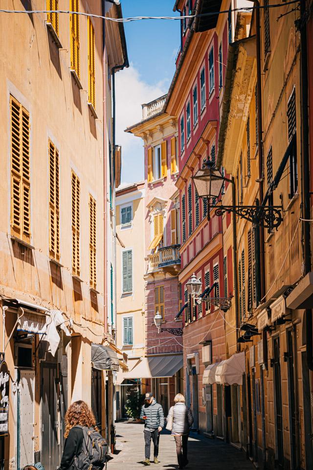 на фото центр города Сестри Леванте в Италии