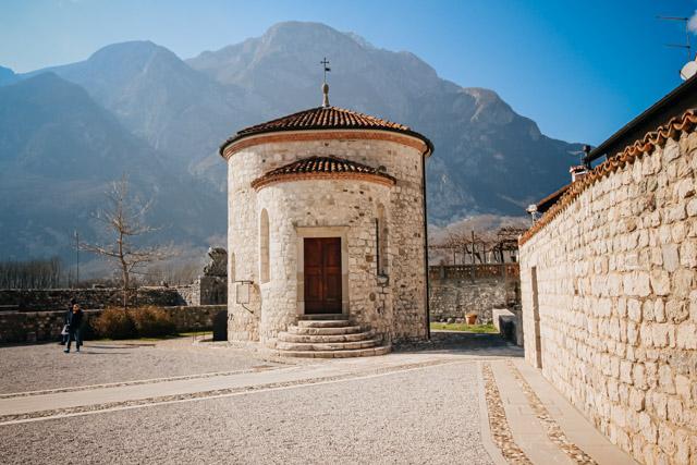 на фото здание музея мумий в городе Венцоне рядом с Удине