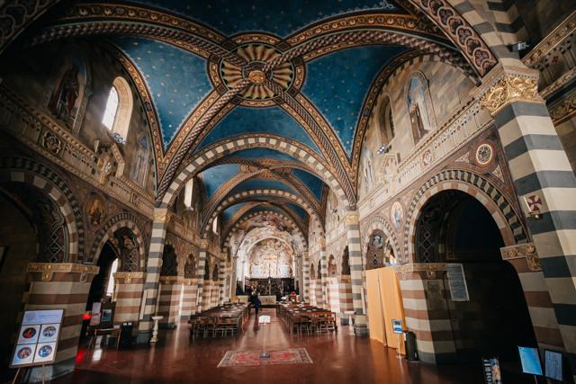 кафедральный собор в средневековом борго Боббьо в Италии