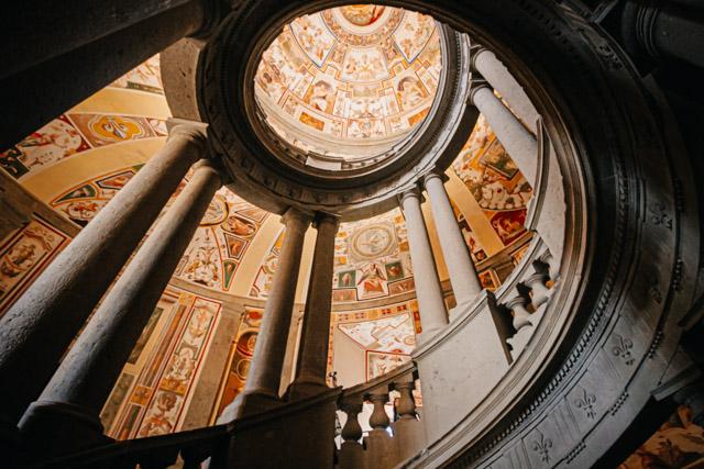 Лестница архитектора Бароцци в палаццо Капрарола под Римом в Италии