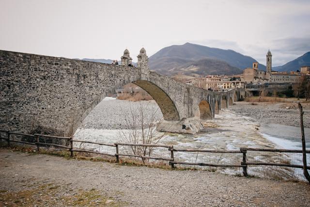 горбатый мост в средневековом борго Боббьо в Италии
