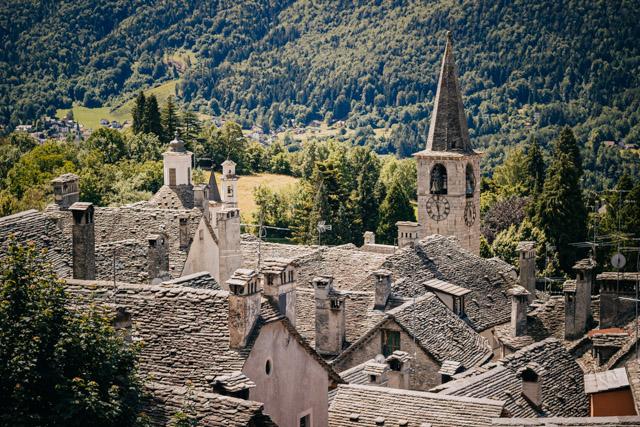 город высоких каминов Краведжа на севере Италии в долине Виджеццо