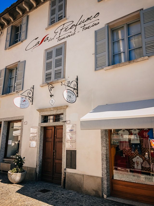 Музей парфюма находится на главной площади города рядом с Муниципалитетом и напротив церкви