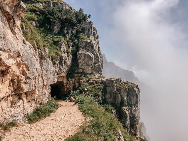 Горная дорога 52 галереи в Италии на горе Пасубио рядом с городом Виченца