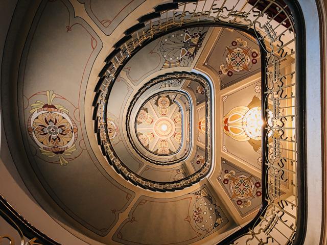 лестница в музее югендстиля в Риге