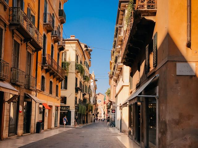улочка в центре Вероны, Италия