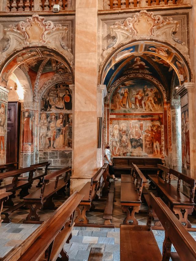 Базилика Сан Джулио на острове Сан Джулио на озере Орта в Италии