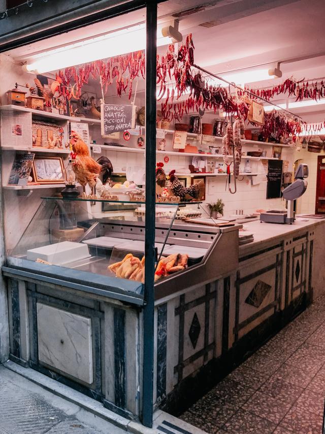 Старинная торговая лавка в центре Генуи